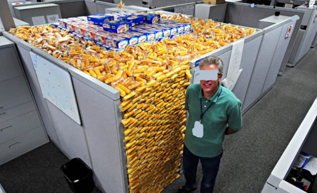 funny twinkie filled cubicle office prank